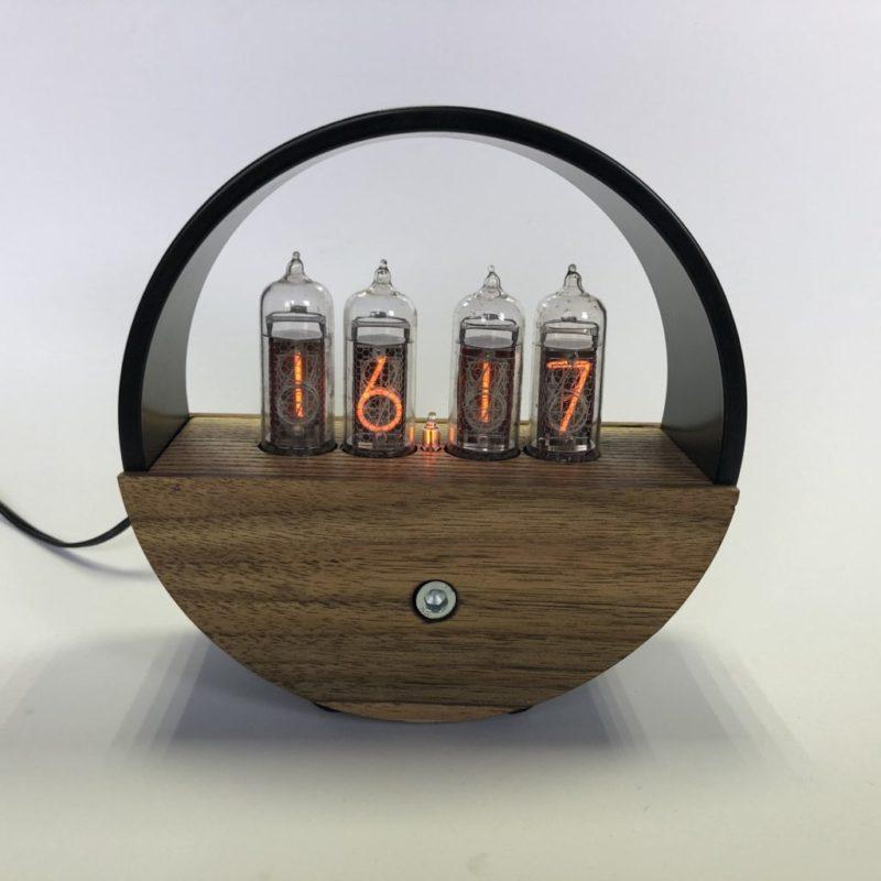 Часы Nixie в черном металлическом корпусе